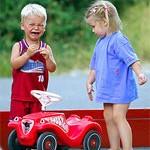 Delyat mashinu 150x150 Дети погодки: учимся делиться игрушками!