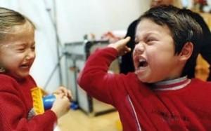 Ребенок бьет другого