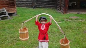 Rosya s koromyslom 300x168 День рождения в этно деревне